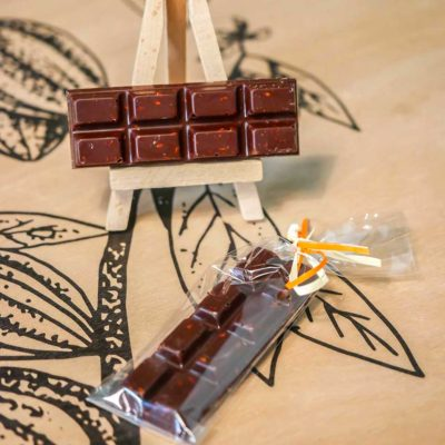 Barre de chocolat noir & sésame soufflé